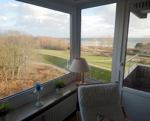 Blick nach draußen und Zugang zum Balkon vom Wohnbereich