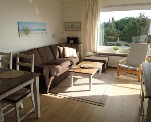 Ferienwohnung Grömitz - Wohnbereich mit Esstisch und Sofa